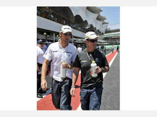 Jenson Button (l.) mit Brawn-Teamkollege Rubens Barrichello vor dem Start des Grand Prix von Brasilien.