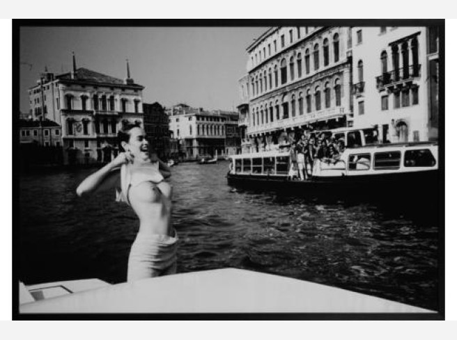 Girl Flashing On The Grand Canal Venedig, 1986. © Helmut Newton Estate